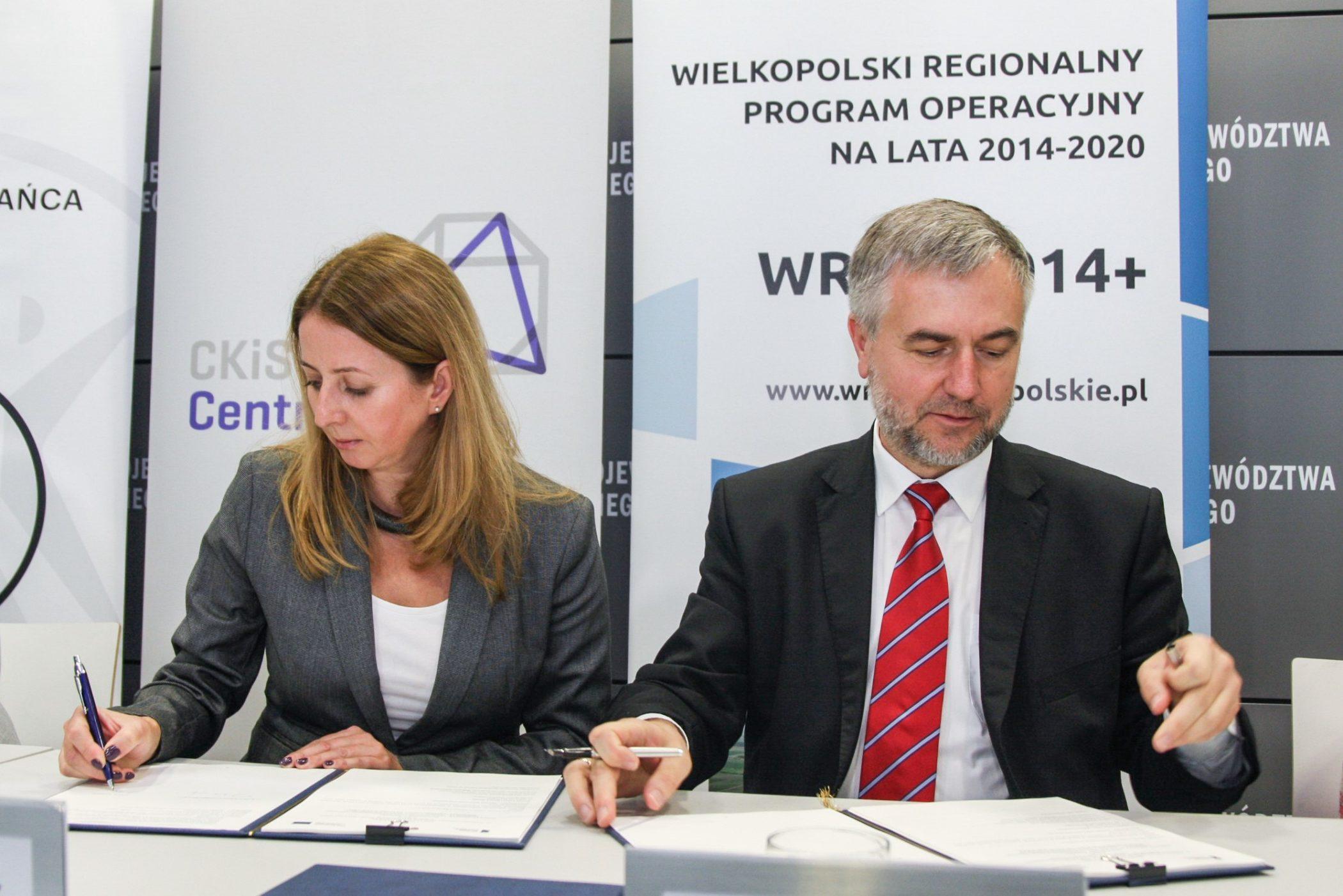 Elzbieta Barszcz i Marek Woźniak podpisują umowę.